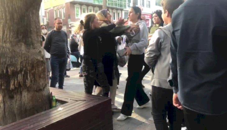İki kadın onlarca kişinin bakışları arasında tekme tokat kavga etti