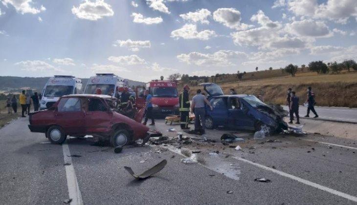 Gediz'de iki otomobil kafa kafaya çarpıştı: 2 ölü, 2 yaralı